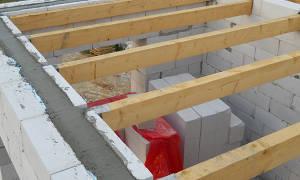 Как закрепить балки перекрытия к стене