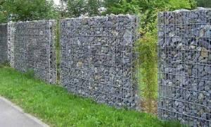Забор из щебня и сетки