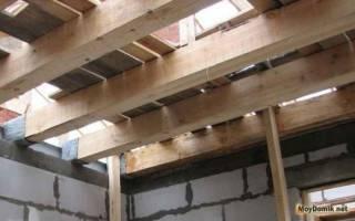 Установка балок перекрытия в деревянном доме