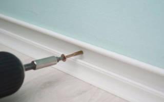 Как прикрепить пластиковый плинтус к бетонной стене